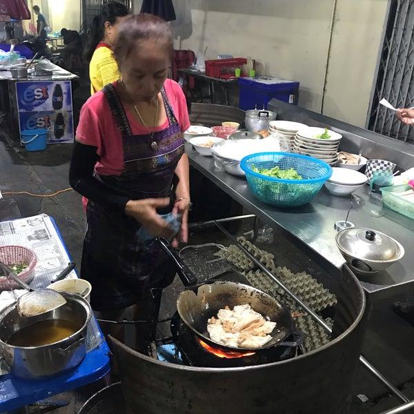 Chef cooking khau tiew kua gai